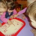 Развиваем детские пальчики. Рисуем на манной крупе.