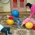 Использование гимнастических мячей (фитболов), большого массажного мяча и мячей попрыгунчиков (хоп)