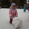 Посмотрите, как мы лепили снеговиков.