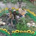 Композиция на участке «Курочка гуляет со своими цыплятами»