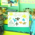 Конспет занятия по продуктивной деятельности для детей младшей группы. Аппликация «Птичка, лети!»