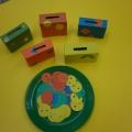Развивающая игра для детей младшего возраста «Разложи пуговицы в коробочки»