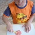 Конспект непосредственно-образовательной деятельности. Лепка из соленого теста «Яркие цветы» (младшая группа)