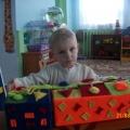 Дидактическая игра по сенсорному развитию детей младшего возраста— «Цветная коробочка».