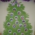 Новогодняя ёлочка из ладошек детей.