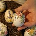 Вышивка атласными лентами по куриным яйцам.