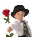 Выбирал мальчишка розу осторожно.