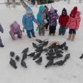 На прогулке у дверей мы кормили голубей