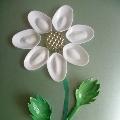 Цветок из одноразовых ложек.