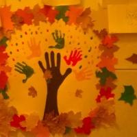 Коллективное панно из отпечатков детских ладошек «Осень в гости к нам пришла»