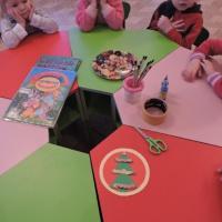 Совместная работа воспитателя и детей младшей группы «Новогодняя ёлочка»