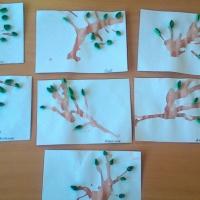 Фотоотчёт о занятии по рисованию в смешанной технике кляксографии и квиллинга в средней группе «Первые листочки»