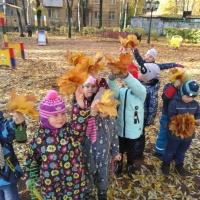 Коллективная аппликация из листьев в старшей группе «Девушка Осень»