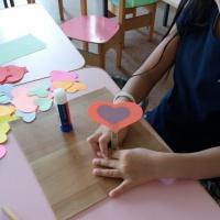 Фотоотчет о занятии по изготовлению поделки из цветной бумаги «Подарок маме. Цветок-сердечко»