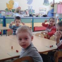 Фотоотчёт о занятии по лепке «Грибы для ежа» во второй младшей группе