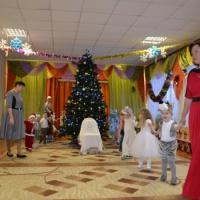 Фотоотчёт о новогоднем утреннике в младших группах «Новогодняя сказка»