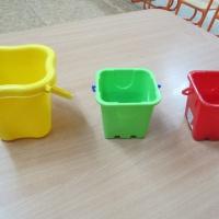 Дидактическая игра по сенсорному развитию «Собери листья в ведерки» для детей 2–3 лет