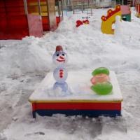 Снеговик и воздушные шарики из цветного льда. Постройки из снега