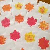 Нетрадиционная техника рисования. Печатание губкой листьев в осенней цветовой гамме с детьми младшего дошкольного возраста