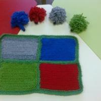 Дидактическая игра своими руками «Разноцветный коврик для ежиков»