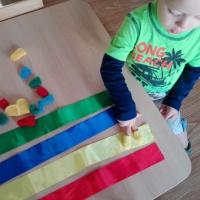 Пособие на развитие мелкой моторики рук и цветовосприятия у детей раннего возраста «Озорные пальчики»