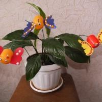 Мастер-класс по изготовлению бабочки-украшения для цветочного горшка из бросовых материалов