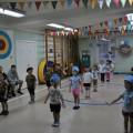 Спортивный праздник в средней группе совместно с родителями «Будем вместе с папами в армии служить!»