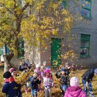 Прогулка на территории детского сада «Осенний листопад»