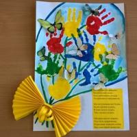 «Букет из детских ладошек». Поздравление с Днем дошкольного работника от воспитанников второй младшей группы