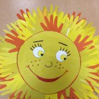 Коллективная работа дошкольников «Солнышко» из детских ладошек