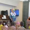 Конспект НОД с элементами театрализации для младших дошкольников «Веселый клоун Веснушка»