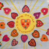 «Подарок маме». Совместная творческая работа детей младшей группы и воспитателей