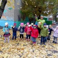 Прогулка по территории детского сада осенним днем
