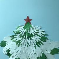 Новогодняя ёлочка из бумажных ладошек