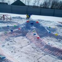 Фотоотчёт совместной работы родителей и детей под названием «Оригинальная фигура из снега на зимних участках»
