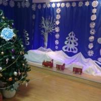 Новогоднее оформление музыкального зала детского сада