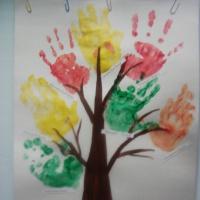 Коллективная работа. Рисование ладошками «Осеннее дерево» с элементами аппликации (первая младшая группа)