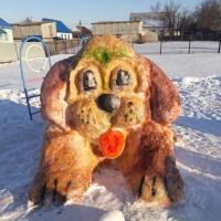 Постройка красочной фигуры из снега «Символ года»