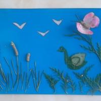 Коллективная работа из природного материала «Лебедь на озере»