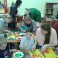 Мастер-класс по рисованию ладошкой для родителей и детей второй младшей группы ко Дню матери «Цветочек для мамочки»