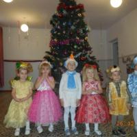 Фотоотчет «Новогодний праздник во второй младшей группе: «Новый год у ворот, ребятишек елка ждет»