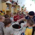 Фотоотчет о занятии в первой младшей группе «Посадим лук от семи недуг»
