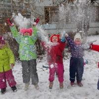 «Знакомство со свойствами снега на прогулке». Методическая разработка