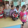Фотоотчет. Коллективная работа «Корзина из шишек с весенними цветами, сделанными руками детей»