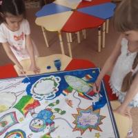 Коллективная работа детей подготовительной группы. Стенгазета «С Днем космонавтики!»