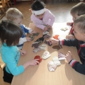 Дидактическая игра по сенсорному развитию «Варежки» для детей младшего дошкольного возраста (3–4 года)