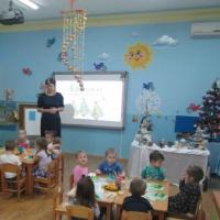 Фотоотчет о проведении мастер-класса для родителей с детьми младшей группы по изготовлению открытки «Новогодняя елочка»