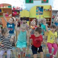 Фотоотчёт «Нам нравится играть музыкальными игрушками, они приносят нам радость!»