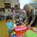 Совместная партнерская деятельность взрослого с детьми «Погладим одежду кукле Ане» (младшая группа)
