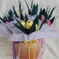 «Весенние букетики» из гофрированной бумаги и конфет (мастер-класс)